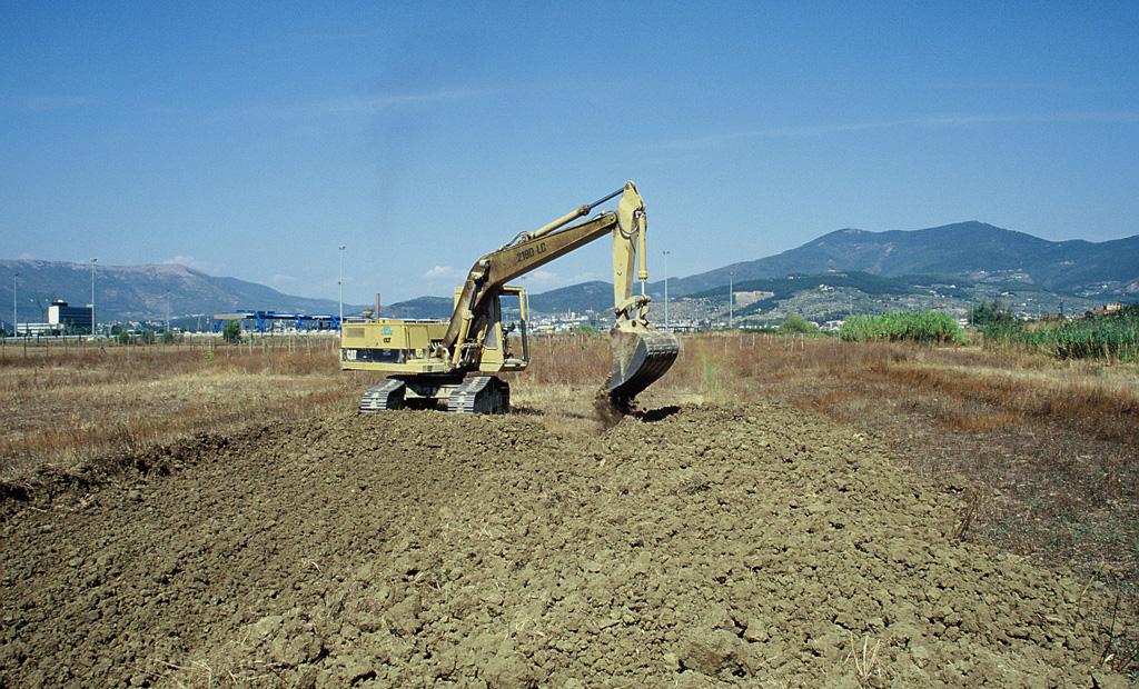 Costruzione di una nuova area acquitrinosa presso l'Oasi WWF Stagni di Focognano. Campi Bisenzio, Firenze (anno 2000). Progetto di Carlo Scoccianti