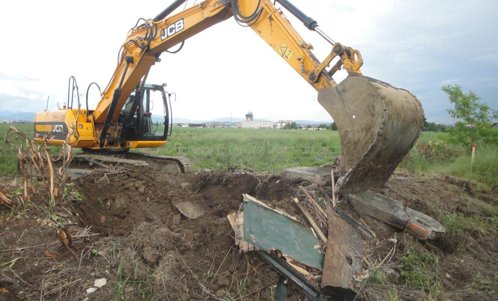 Fasi di demolizione di uno degli appostamenti fissi di caccia costruiti abusivamente presenti nell'area dei lavori (2013)