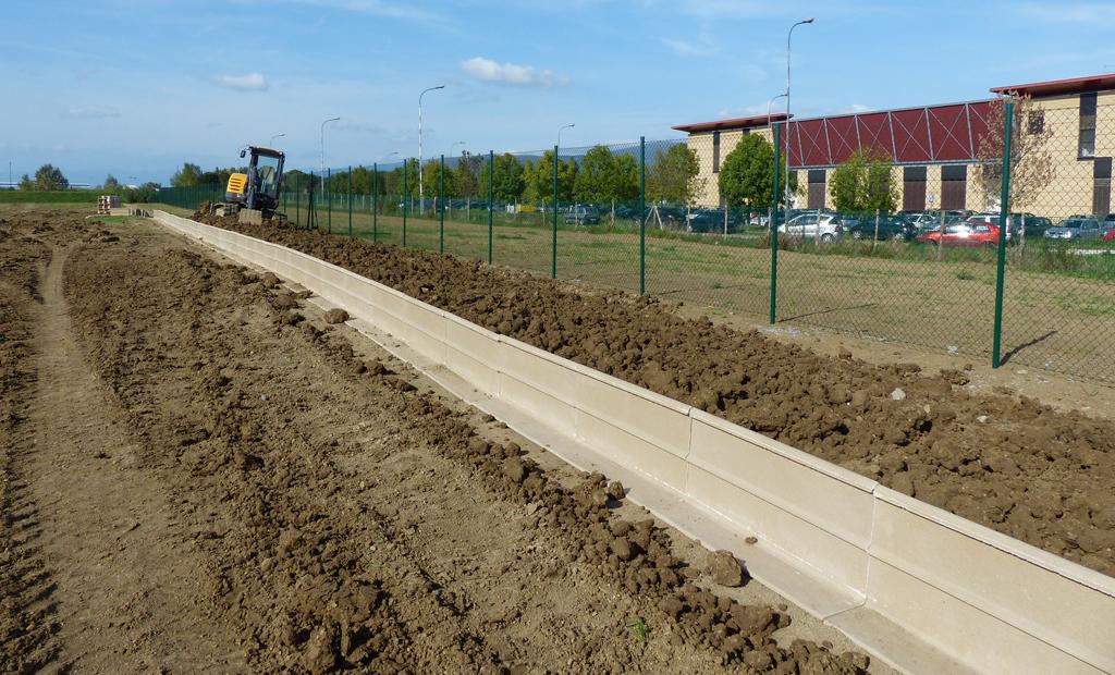 Posa in opera della barriera antiattraversamento sul confine nord dell'Oasi per impedire agli Anfibi di raggiungere la zona dei parcheggi dell'Università (novembre 2013)