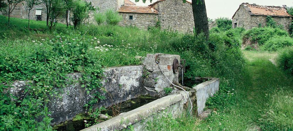 Antico lavatoio in pietra.San Godenzo, Firenze (anno 1997)