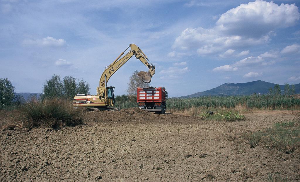 Costruzione di una nuova area acquitrinosa presso l'Oasi WWF Stagni di Focognano. Campi Bisenzio, Firenze (anno 2003). Progetto di Carlo Scoccianti