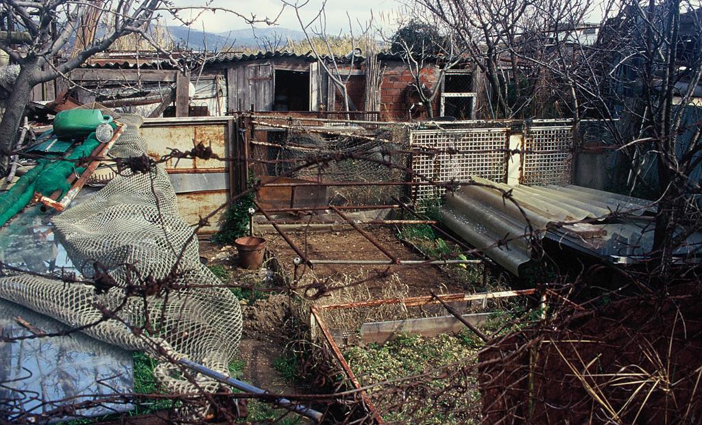 Recinzioni e baraccamenti lungo le sponde dei corsi d'acqua costituisconouna grave alterazione degli habitat e una forte barriera ecologica che impedisce il libero passaggio delle specie
