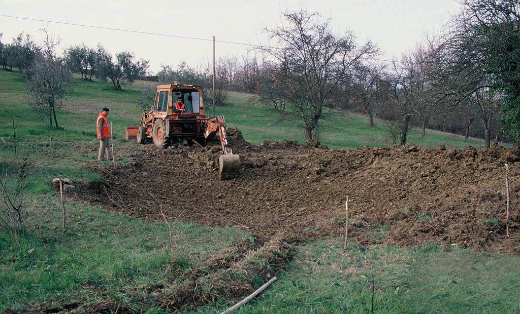 Creazione di una pozza alternativa ('sostitutiva') per evitare l'attraversamento di una strada da parte di alcune popolazioni di Anfibi durante le migrazioni riproduttive. Impruneta, Firenze (anno 1997). Progetto di Carlo Scoccianti