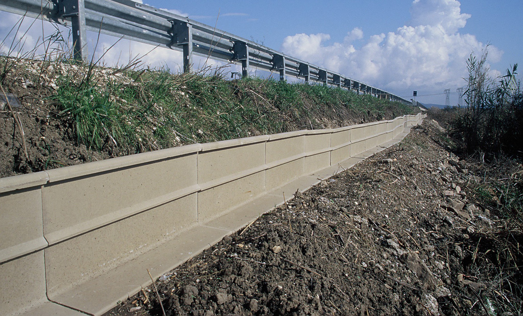 Barriere antiattraversamento poste in opera lungo la strada della 'Base Geodetica' presso l'Oasi WWF Orti Bottagone, Piombino, Livorno (anno 2005). Progetto di Carlo Scoccianti